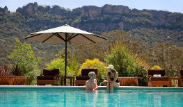Emirates-Wolgan-Valley_Blue-Mountains_Couple-by-pool_263x154