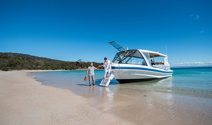 Saffire_Freycinet_Couple-Boat680x400