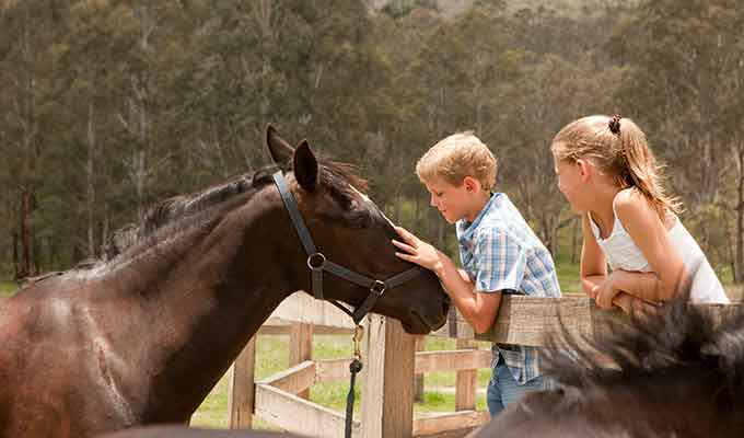 Emirates-One&Only-Wolgan-Valley_Blue-Mountains_Children-Horses680x400
